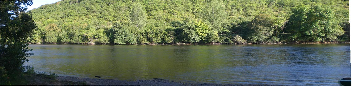 camping situé en bord de rivière
